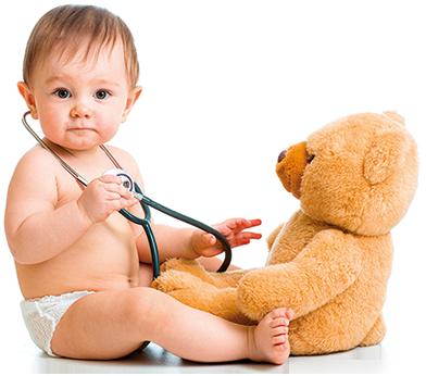 le kinésithérapeute ausculte l'enfant
