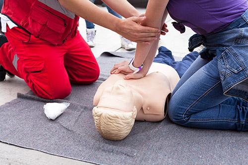 Gestion des voies aériennes, massage cardiaque et défibrillation sur mannequin